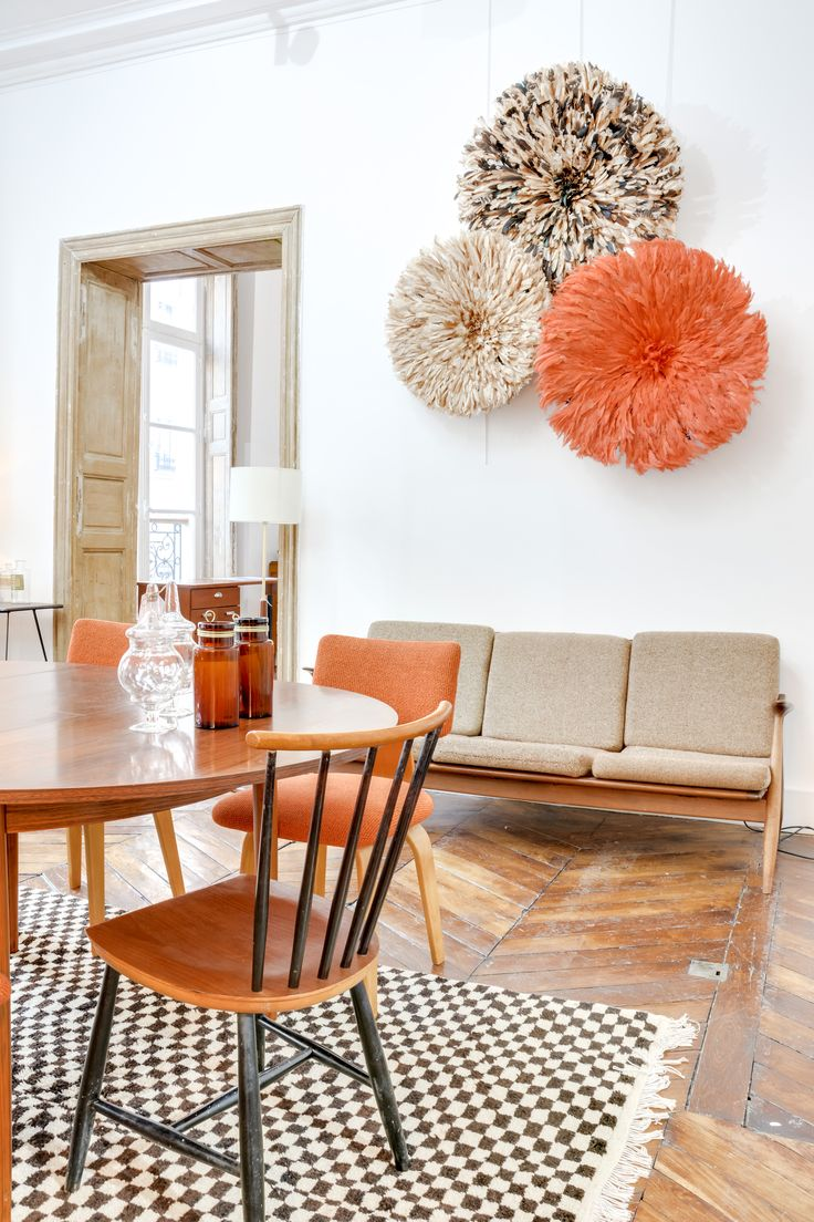 ©Selency : living room / colored juju hat / orange chair / wood table / vintage sofa / black and white rug