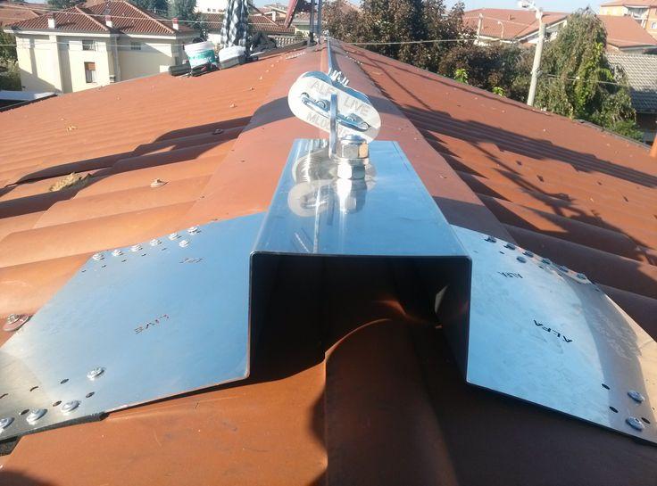 Vista frontale del sistema anticaduta fissato su tetto in lamiera coibentata.