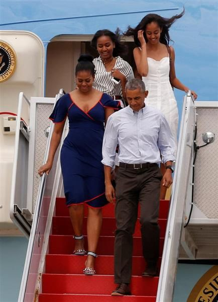 休暇に向かうため、エアフォースワンから降りるオバマ大統領一家=6日、マサチューセッツ州(ロイター)