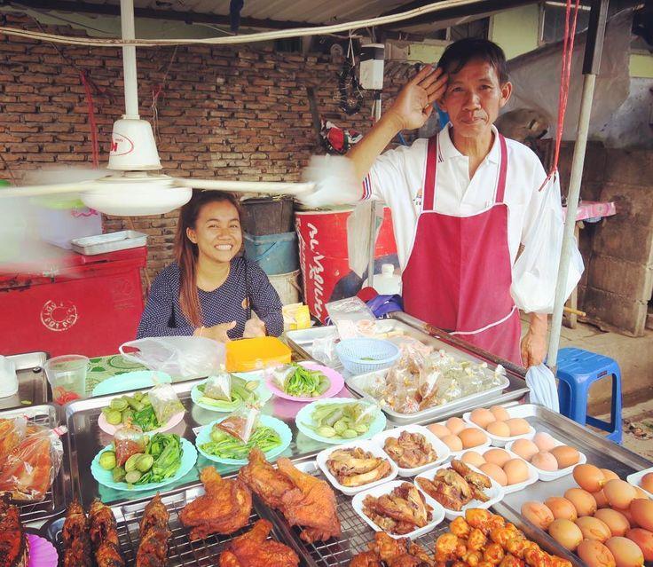 Street food shop(o)ゞ  総菜屋台のおいちゃん . . . #chiangrai #thailand #northernthailand #thai #trip #travel #worldtraveler #scenery #streetfood #guy #smile #チェンライ #タイ#旅 #屋台
