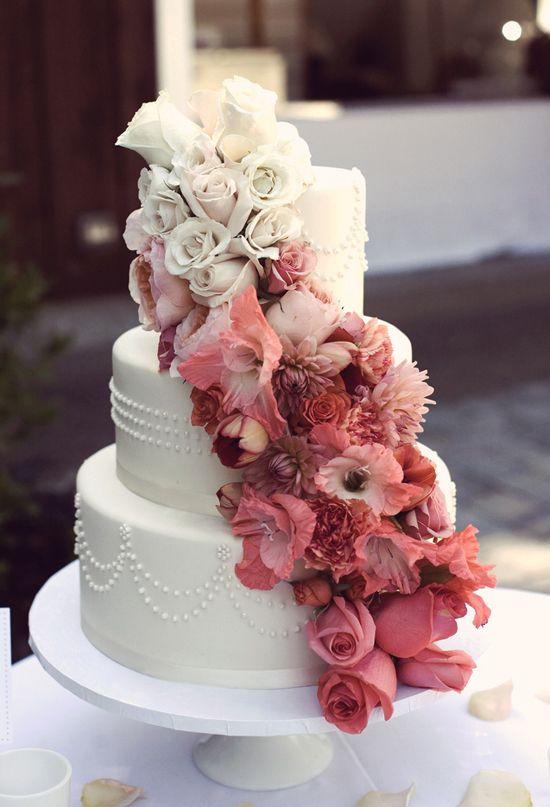 アンナン写真撮影による写真 カスケードクリームとピンクの花のウェディングケーキ