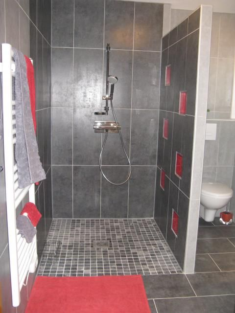 Photos d coration de salle de bain moderne design contemporain gris rouge dou - Salle de bain a l italienne photo ...