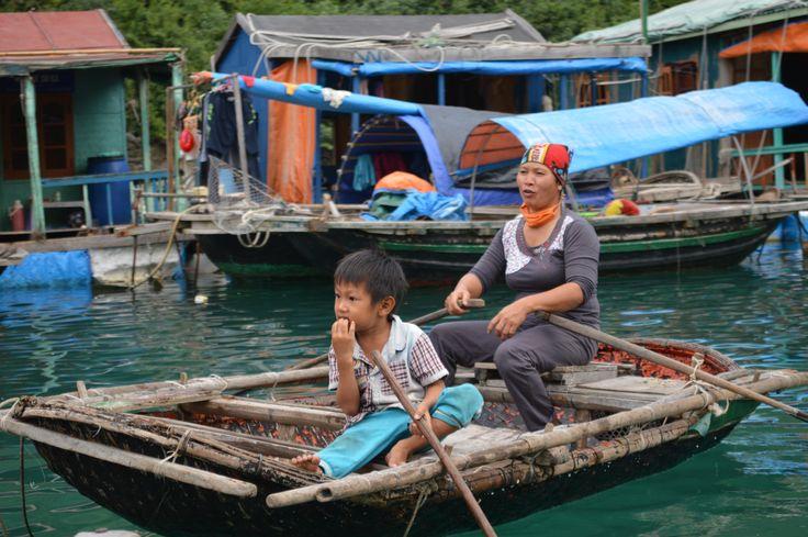 Locals in een drijvend vissersdorp in Ha Long Bay. Al het vervoer is met een boot. http://www.pimenjiska.nl/fotos-van-halong-bay