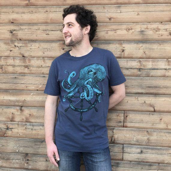T-shirt con stampa polipo timone da uomo. di Hardtimestore su Etsy #octopus #shirt #tshirt #tattoo #handmade #polipo #etsy #oldschool #illustration #blue #clothes #man