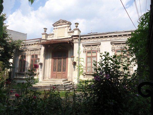Casa cu Geamuri Bombate este legată de numele savantului român Nicolae Paulescu, care împreună cu sora sa, Elena, au locuit aici după moartea unchiului lor, Petrache Dancovici.