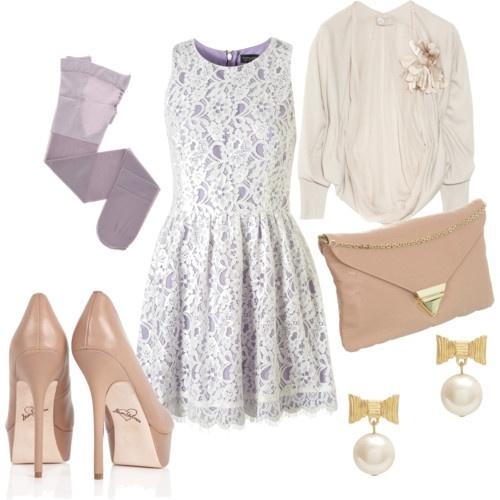Abito smanicato di pizzo con stoffa lilla. Il collant trasparente che richiama il colore del vestito si sposa perfettamente con le scarpe e gli eleganti orecchini.