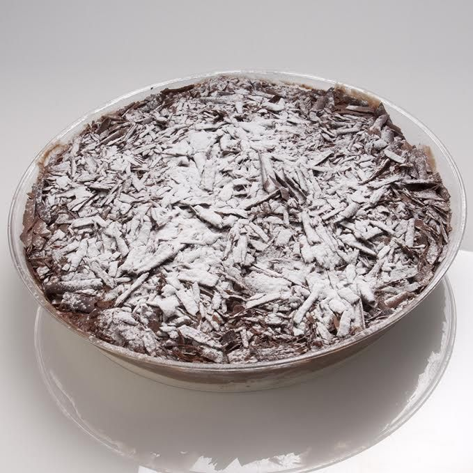 Παντεσπάνι με κρέμα πανακότας και αγρικέρασο με επικάλυψη τριμμένης σοκολάτας υγείας και άχνη ζάχαρη