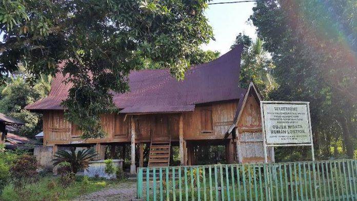 Rumah Adat Lontiok Warisan Budaya Masyarakat Kabupaten Kampar Arsitektur Minangkabau Kayu Keras