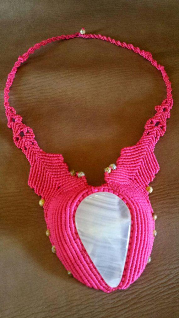 https://www.etsy.com/es/listing/249107531/collar-de-macrame-con-piedras-naturales