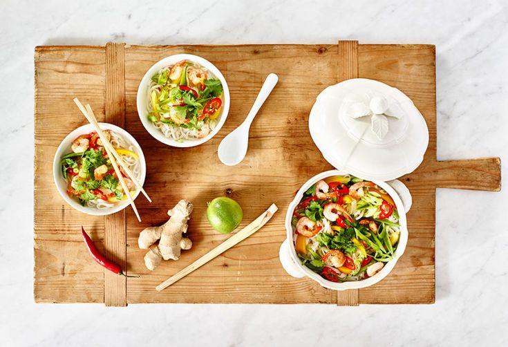 Heta nudlar med scampi, chili och koriander