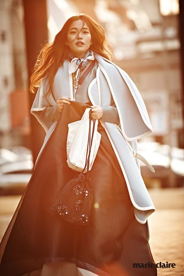 하늘색 케이프 코트는 클로에. 실크 스카프는 디올. 비즈 장식 복조리 모양 가방은 미우미우. 한복 치마와 저고리는 담연.