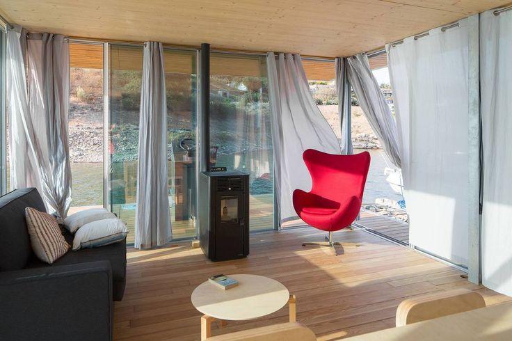 Дровяная печь в гостиной для обогрева помещения и создания романтической атмосферы. .
