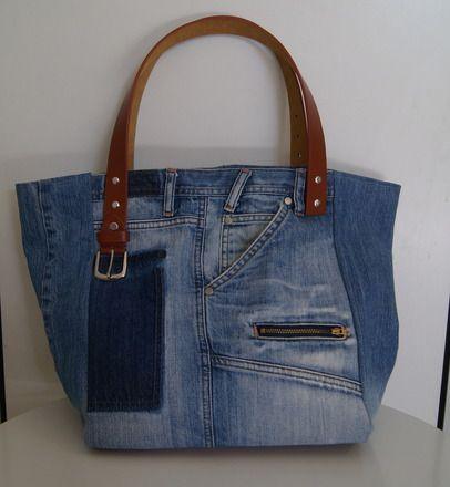 Sac cabas en jean recyclé bleu délavé used. Le fond extérieur du sac est en simili cuir couleur fauve.  La doublure intérieure est en jean avec une poche en jean.  Il pos - 17257022