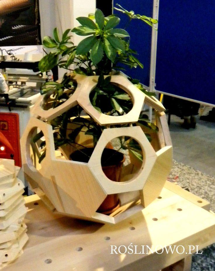 drewniana konstrukcja na kwiatka