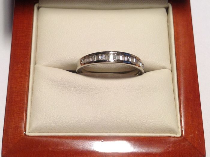14 K witgouden ring met 24 baguette straight cut diamanten van totaal ca. 072 ct. E-F IF-VVS  Prachtige band ring met in een filet zetting 24 straight baguette geslepen diamanten Gekeurd: 585 en 14 K meesterteken PC gestempeld Gewicht is ca. 190 gram24 recht baguette geslepen diamanten:24 x 200 mm bij 130 mm of ca. 003 ct.Gewicht totaal ca. 072 ct.Kleur E-F helderheid IF-VVSSlijpkwaliteit is zeer goed tot uitstekend met schitterend vuur in de stenen.Ringmaat 1750 mm. Dikte zetting 380 mm…