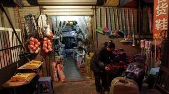 """FINALMENTE ANCHE A PECHINO HAN CAPITO CHE DEVONO EDUCARE I TURISTI CINESI CHE VIAGGIANO ALL'ESTERO... Aggiungerei anche UBRIACATEVI MENO!!!   """"Non sputate, non vi pulite le scarpe con le lenzuola e non dite parolacce""""    Una bottega cinese a Pechino    Pechino pubblica un vademecum per il turista cinese all'estero:  """"Troppo maleducati, roviniamo  la nostra immagine nel mondo"""""""
