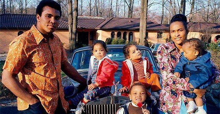 Muhammad Ali tem uma família bastante numerosa. O ídolo do boxe foi casado quatro vezes e tem nove filhos, sendo sete mulheres e dois homens. Nesta foto, posa para a foto com a então esposa Khalilah, em New Jersey