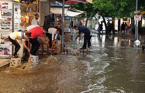 İzmir'de kuvvetli sağanak, yaşamı olumsuz etkiledi. Kentte akşam saatlerinde ani bastıran sağanak nedeniyle bazı evleri, yolları ve alt geçitleri su bastı.