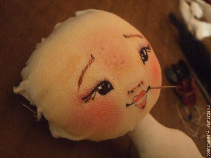 Мастер-класс для тех, кто не умеет рисовать, но любит шить кукол. Лицо куклы: 1. Скачиваем картинку и распечатываем в фото салоне на ткани. 2. Или покупаем готовое личико. 3. Или просим друга-художника нарисовать нам его на ткани. Ткань используем ту же, что и для тела самой куклы. Вырезаем лоскут с припуском 3 см вокруг самого лица: Шьем заготовки головок разных форм и размеров для примерки, я шью по этой выкройке: Шьем головки, 1 чуть больше.…
