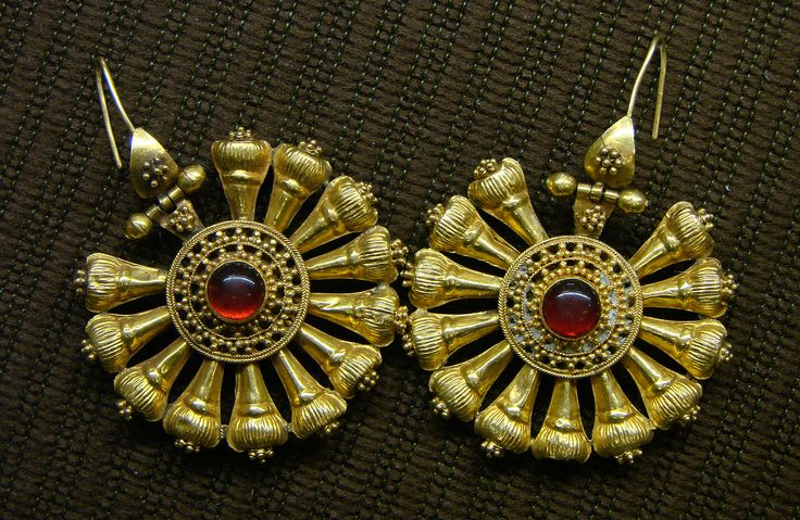 3rd Century gold and ruby earring Rome museum ,around talk for the Queen Zenobia