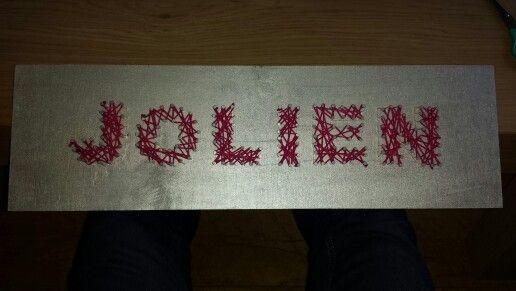 Naam bordje van hout. Met spijkers en touw