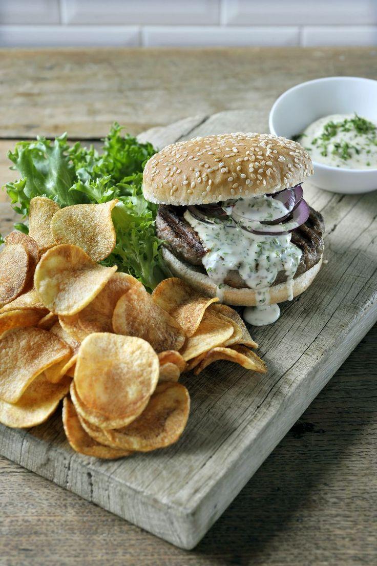 Hamburger met een fris kruidensausje http://www.njam.tv/recepten/hamburger-met-een-fris-kruidensausje