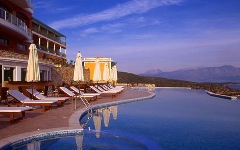 Μόλις 300m από το παραδοσιακό χωριουδάκι «Σπαρτοχώρι», 4km από το γραφικό λιμάνι «Βαθύ» και 3km από το αυθεντικό «Κατωμέρι», το Esperides Resort Hotel προσφέρει στον επισκέπτη την πολυτέλεια της γαλήνης και την άμεση πρόσβαση στη ζωή του νησιού. Στο Esperides Resort Hotel μπορείτε να φιλοξενηθείτε σε ένα από τα 48 Premium δωμάτια ή σε μια από τις 2 πολυτελείς σουίτες.    Όλα τα δωμάτια είναι εξαιρετικά ευρύχωρα, με δικό τους σαλόνι και μπαλκόνι, προσφέροντας υπέροχη θέα στον φυσικό κόλπο που…