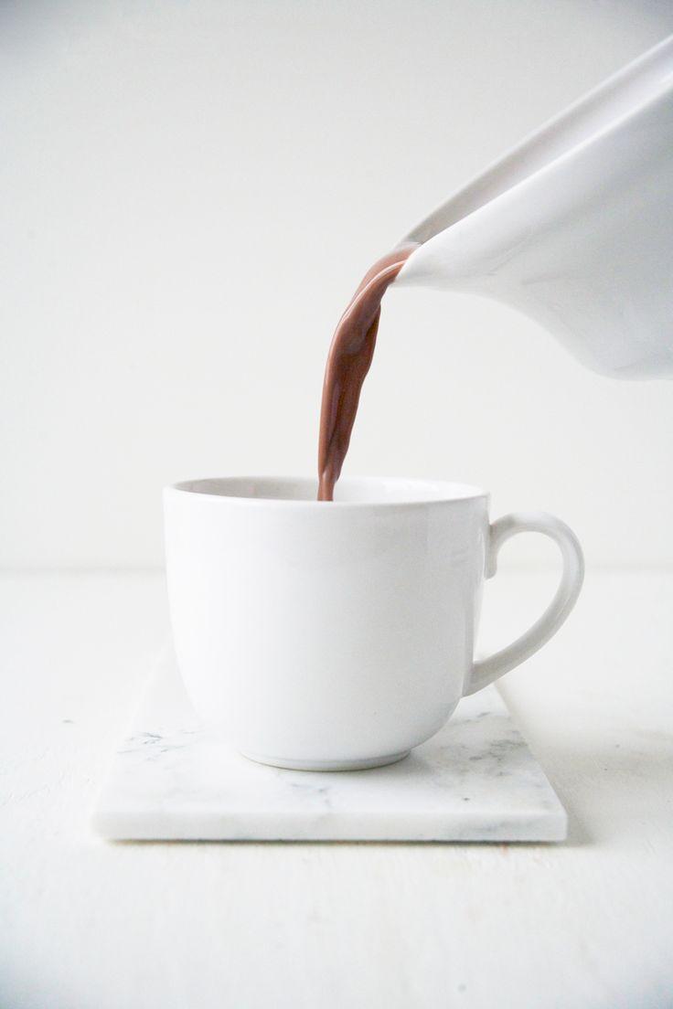 """Dat chocolademelk niet ongezond hoeft te zijn, bewijst Renée Kemps met dit originele recept. Zo gebruikte ze cashewnoten voor de romige smaak en dadels in plaats van suiker. Wij zijn fan! """"Tip: gooi het restant van de noten en dadels niet weg! Je kunt hier heerlijke dingen mee maken."""" Week de cashewnoten in een dubbele […]"""