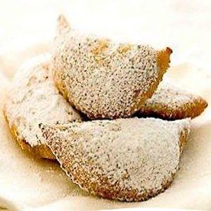 La ricetta delle cassatelle (ravioli dolci), dolci fritti a forma di mezzaluna tipici della pasticceria siciliana farciti con crema di ricotta o di ceci.