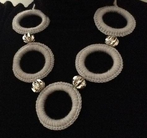 Collana grigia con cerchi di lana
