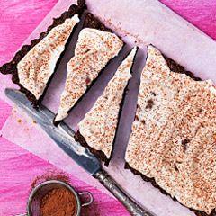 Kladdkaka, detta enkla och älskade bakverk! Här hittar du alla våra god recept på både klassiska och spännande kladdkakor.