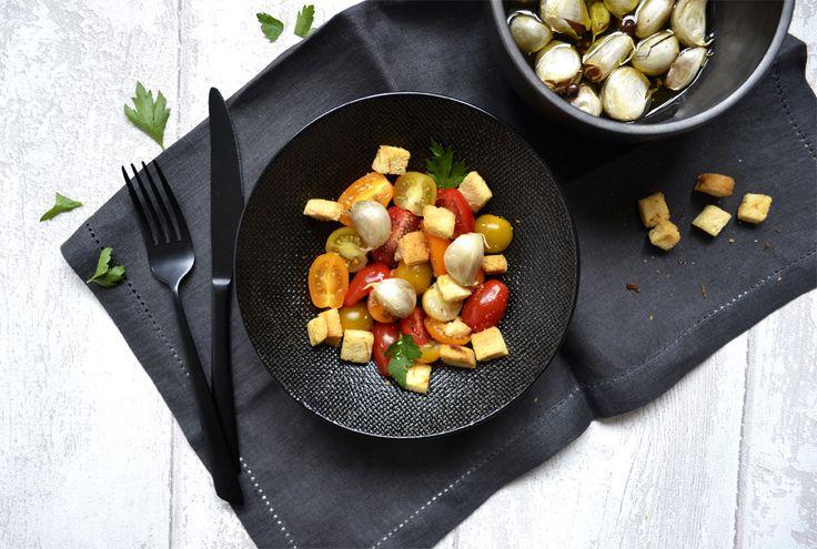 Salade de tomates cerises, croûtons citron et ail confit