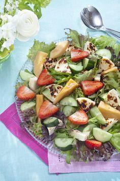 Juustoleipä-melonisalaatti sopii vaikkapa noutopöydän tarjottavaksi tai juhlavaksi alkuruoaksi. Tämäkin resepti vain n. 0,95€/annos*.