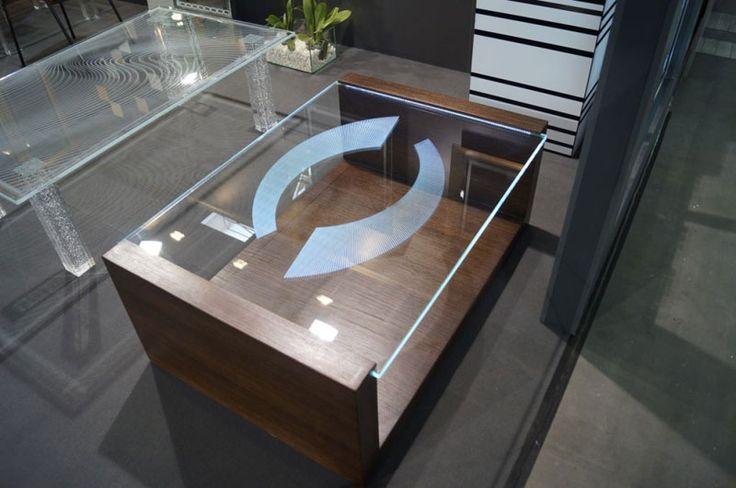 MODERNÍ SKLENĚNÝ STOLEK TB-06 | SZKLO-LUX Jaroslaw Fronczak | Processing and wholesale of glass - Deska je vyrobena z bezpečnostního skla VSG 8.8.2 Diamant (optiwhite), síla 16 mm, fazetované hrany, ve skle je umístěná rytina. Nohy byly vyrobeny z MDF desky s přírodní dýhou.