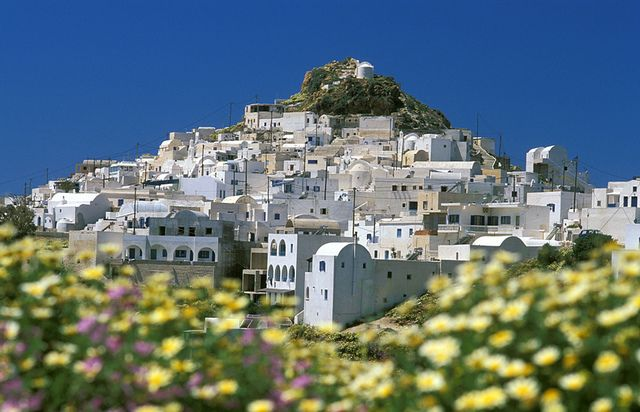 Anafi Anafi is a small paradise of natural beauty and authentic Cycladic style. It is located E of Santorini and Kalamos mountain (460m) dominates in its center.