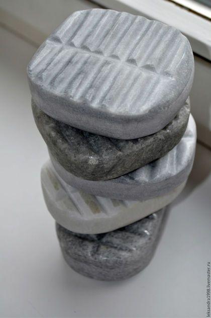 Купить или заказать Утюжок для валяния из природного камня. в интернет-магазине на Ярмарке Мастеров. Утюжок для валяния. Изготовлен из природного камня( мрамор,гранит) . Размеры и вес немного разнятся. Средний размер 7 на 9 см. Вес примерно 560 гр, что очень облегчает процесс увалки. Очень удобен в работе. Ребристая поверхность отполирована . Работает и на толстом и на тонком войлоке, уваливая его в толщину. Подробнее можно прочесть в блоге.