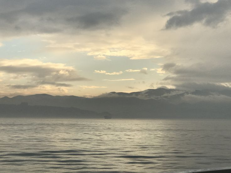 Deniz, bulutlar, soluk mavi gökyüzü, batmaya çalışan güneşin ışıkları, biten günün ardından, kırılan umutlar, yeşeren düşler, mutluluklar, kaybedilenler, kazanılanlar, daha neler neler...