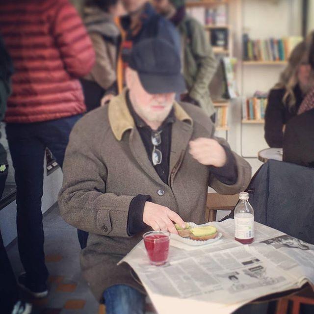 Au goûter ! ou à la place d'un café =) Easy like Sunday mornin'  at Cafe @shakespeareandcoparis. It's the little things.... Avocado bagel, newspaper and a blueberry basil kombucha   @camtissot ☕ @bobsfoodetc  #incognito #raw #kombucha #detox #vegan #bagel #timetorelax #notredame #paris #healthyfood