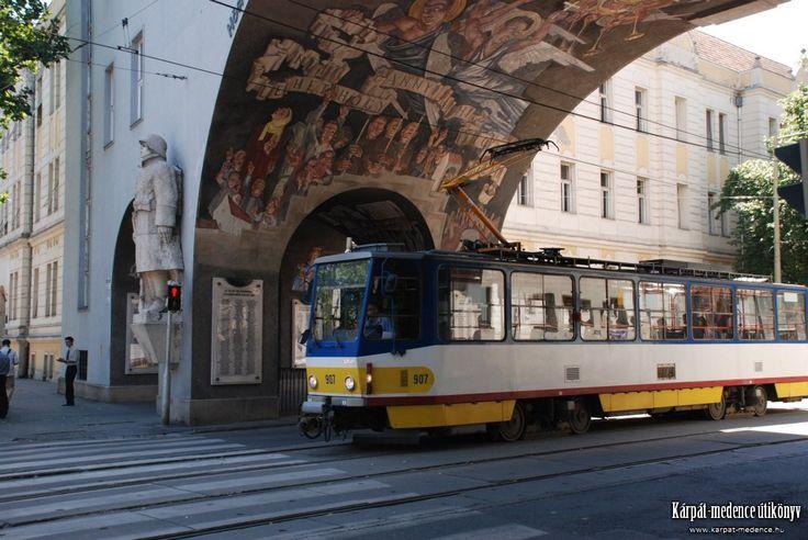 Tatra T6A2 típusú villamos a Hősök kapuja alatt, Szeged