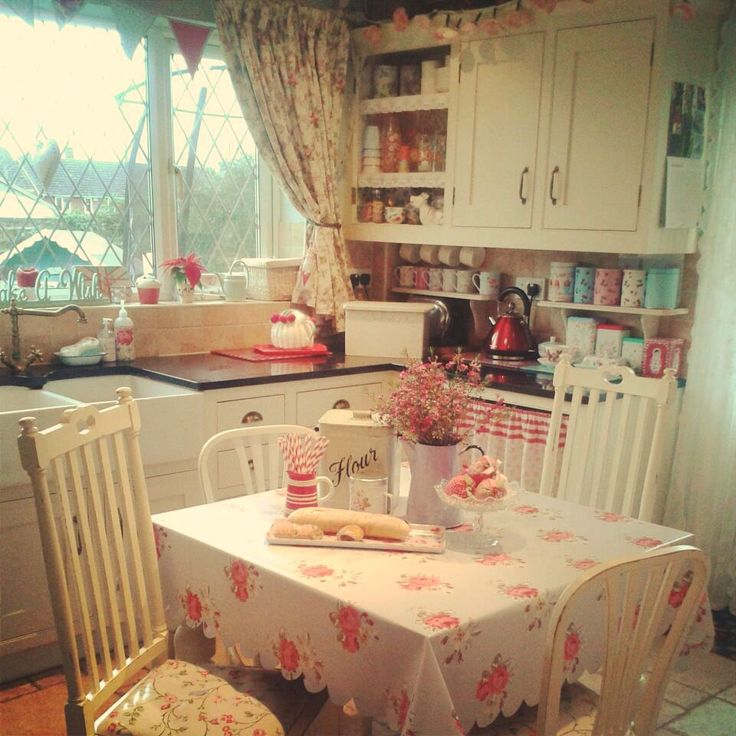 Just love this vintage-y kitchen. I could live here easily! Sew a little love
