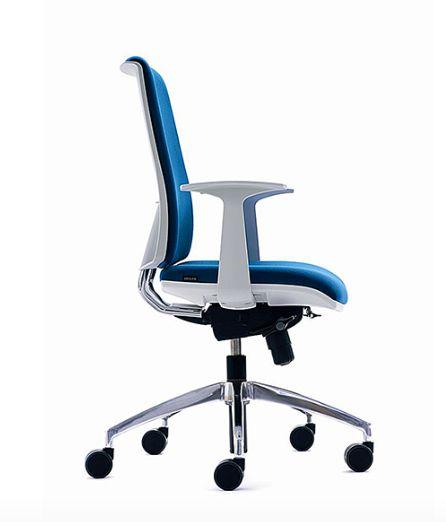ZERO7 Línea de sillas italianas que sobresalen por su diseño (Ares Line-Italia), calidad y cuenta con destacadas condiciones ergonómicas, por lo que el usuario alcanza un posición confortable y saludable. Posee múltiples combinaciones para alcanzar el aspecto deseado según el ambiente de trabajo. Está disponible en versión respaldo medio y alto, tanto en malla como tapizado. Certificaciones de calidad internacionales. Garantía 7 años.