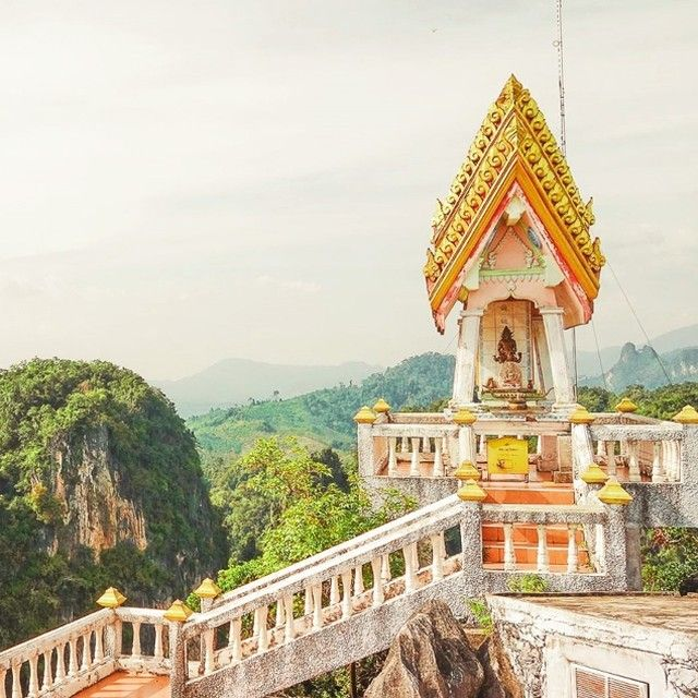 The tigercave temple - after 1237 steps you´ll end up with this view. Follow us for more - or visit our blog at www.lets-do-this.de -  #Krabi #Thailand #asia #traveling #travel #potd #travelista #travelgram #tigercavetemple #Buddha #temple #pagode #mountains #top #hill #cliffs #gold #Fitness #travel #worldtravel http://tipsrazzi.com/ipost/1518844867069185914/?code=BUUBVwClY96