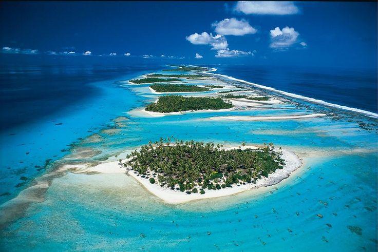 In primo piano Rangiroa (arcipelago delle Taumotu): l'atollo più grande della Polinesia Francese