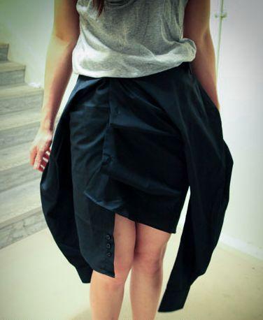 Otra forma de llevar tu camisa anudada a la cintura: como falda