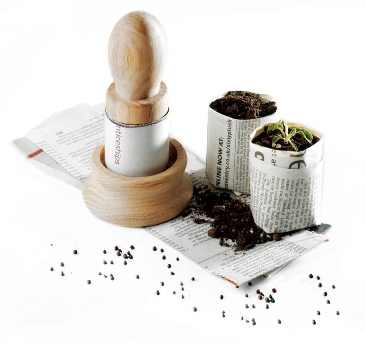 KRUKMAKARE ORIGINAL  Art nr:5230 Gör dina egna biologiskt nedbrytbara krukor av tidningspapper! Med några enkla handgrepp tillverkar du dina egna krukor utmärkta för frösådd.  Vid utplantering sätter du både kruka och växt i jorden. Krukan löses upp på några dagar. Ger 4 cm vida och upp till 5 cm djupa krukor. Användarhandledning på svenska medföljer.
