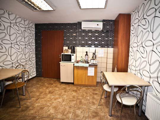 Niewielka acz dobrze wyposażona kuchnia w hostelu LaGranda z Łodzi