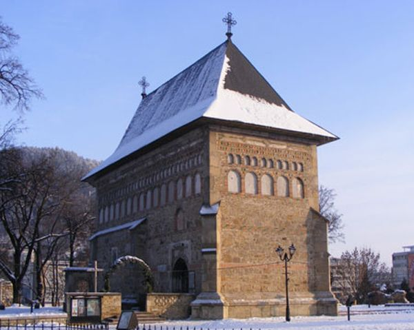 Biserica din Borzesti  Borzesti este un sat din judetul Bacau; astazi, satul a devenit unul dintre cartierele orasului Onesti. Aici s-a nascut si a copilarit Sfantul Stefan cel Mare. Domnitorul Stefan a mostenit mosia de la Borzesti din mosi-stramosi. Biserica din Borzesti poarta hramul Adormirea Maicii Domnului si a fost construita din initiativa lui Stefan Cel Mare intre 9 iulie 1493 si 12 octombrie 1494.