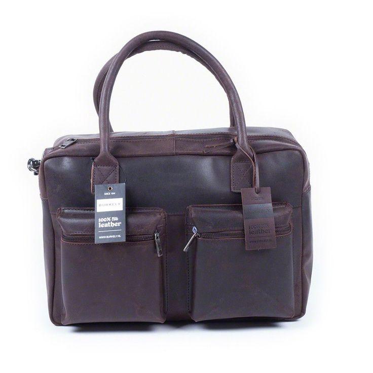 De Burkely Alex Vintage Businessbag 15 inch is een tijdloze werk- en schooltas! Je draagt de tas in je hand met de stevige handvatten of comfortabel over je schouder met de bijgeleverde leren schouderband. Deze praktische tas is gemaakt van soepel, geschuurd runderleer wat door gebruik alleen maar mooier wordt. In de twee ritsvakken aan de voorkant herberg je met gemak je sleutels, mobiel en wat kabeltjes. In het gevoerde laptopvak worden laptops tot en met 15 inch goed beschermd. De tas…