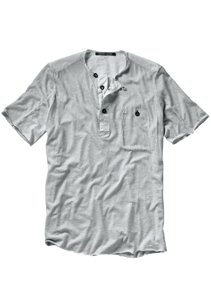 HENLEY-SHIRT FAME. Durchdachtes, detailbesessenes Design gibt selbst einem so gebräuchlichen Oberteil wie einem T-Shirt Charakter – da wird der Rest des Outfits fast zur Nebensache. Für Designliebhaber ist das Henleyshirt Fame deshalb nahezu ein Muss. Cold Dye Färbung in lebendig-erfrischend kaltem Grau. Ausgeklügelt: die fast unsichtbare Verwendung von zwei Oberstoffen, die unübliche Knopfleiste und die innen liegende Brusttasche. www.mey-edlich.de