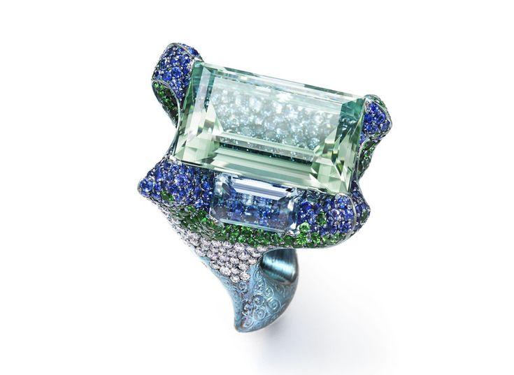 Haute joaillerie janvier 2014: Wallace Chan Bague Cloudless Climes ornée d'aigues-marines (31.13, 9.64 et 2.56 cts), diamants, grenats tsavorites et saphirs.